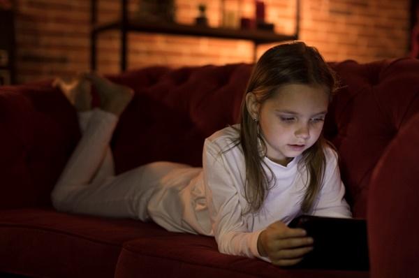Фото девочка играет на телефоне