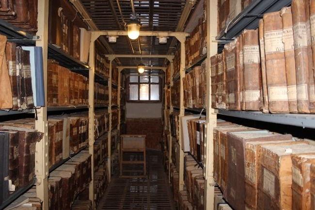 Полки с материалами из архива древних актов