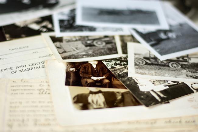 Старые фотографии лежат на документах