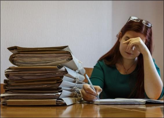 Папки документов и женщина