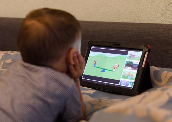 Фото ребёнок смотрит Youtube