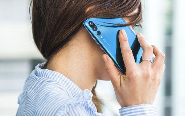 Говорит по телефону