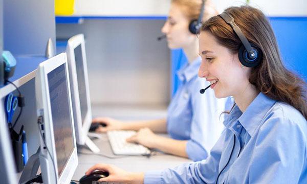 Служба поддержки отвечает по телефону