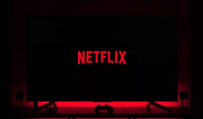 Логотип Netflix на телевизоре