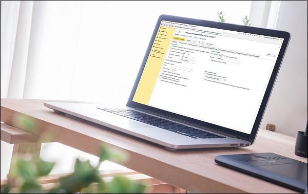 Ноутбук с отчетом на столе