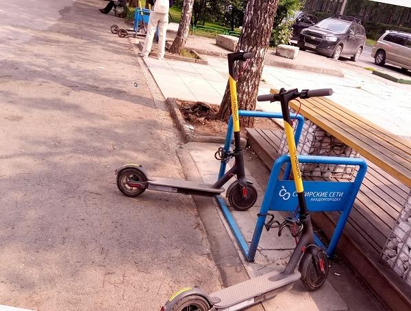Фото двух скутеров