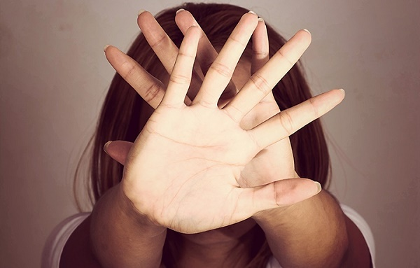 Девушка закрывающая лицо руками
