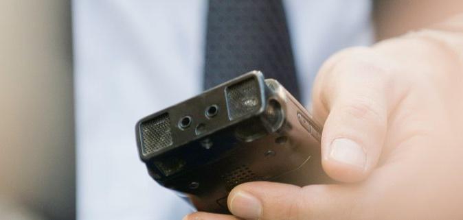 Фото диктофон в руке
