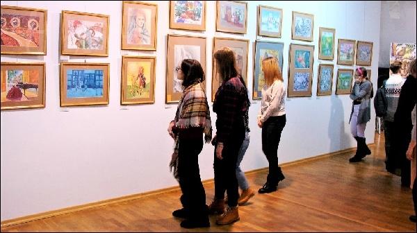 Девочки на выставке