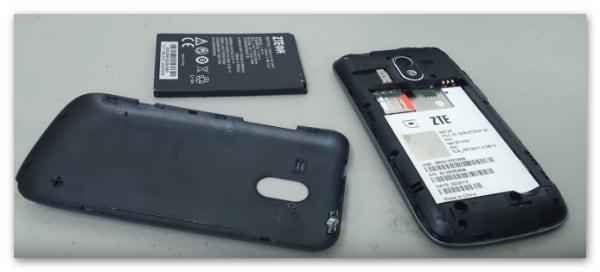 ZTE в разобранном состоянии: задняя крышка корпуса, аккумулятор, сам смартфон.