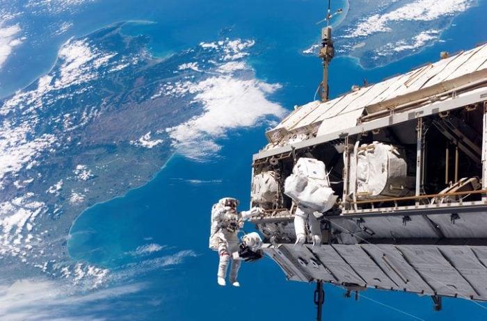 Космонавты в космосе